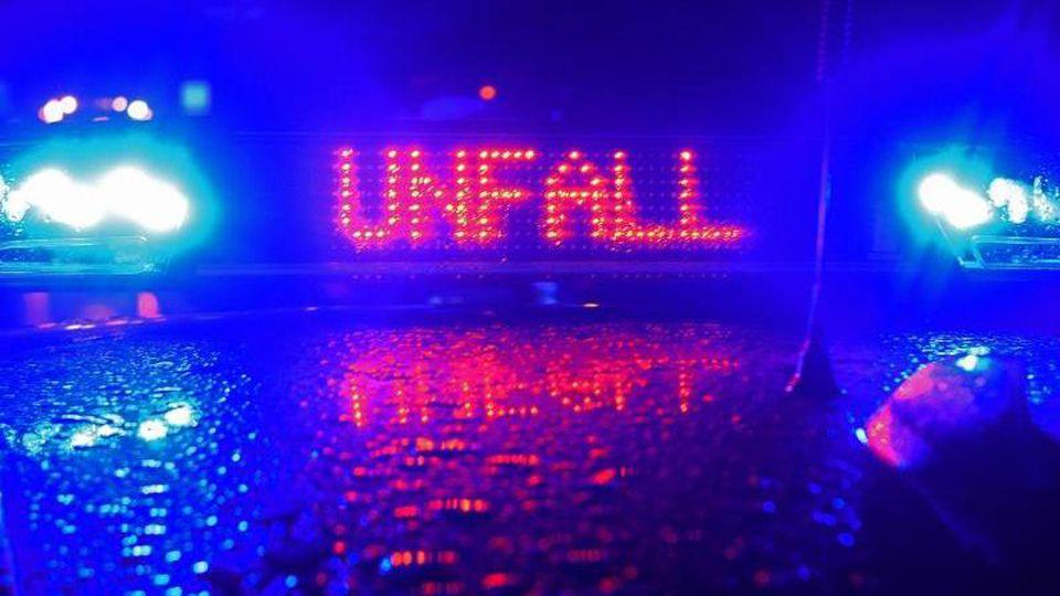 """Blaulicht und der LED- Schriftzug """"Unfall"""" auf dem Dach eines Polizeistreifenwagens. Foto: Stefan Puchner/dpa/Symbolbild"""