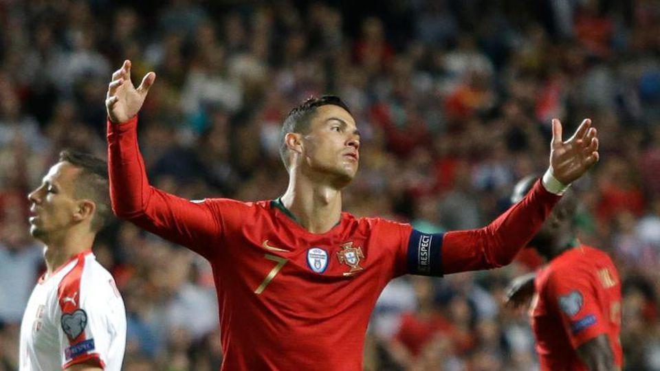 Portugals Cristiano Ronaldo hadert mit dem Verlauf des Spiels gegen Serbien. Foto: Armando Franca/AP