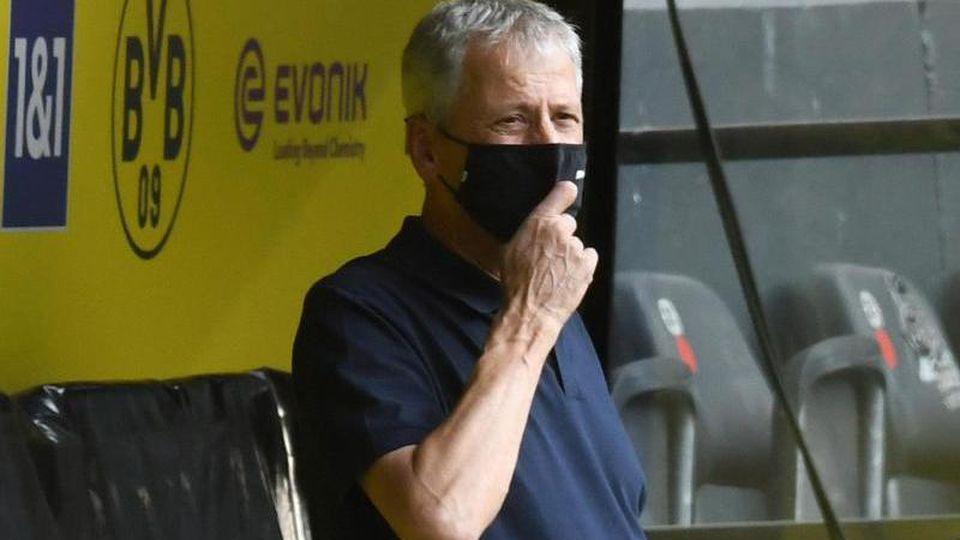 Lucien Favre ist vor dem Spiel mit Maske im Stadion. Foto: Bernd Thissen/dpa