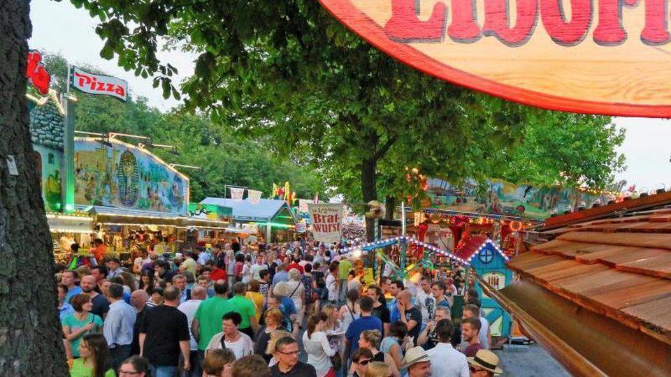 Besucher gehen auf der Libori-Kirmes in Paderborn an Buden vorbei. Foto: picture alliance / dpa/archivbild