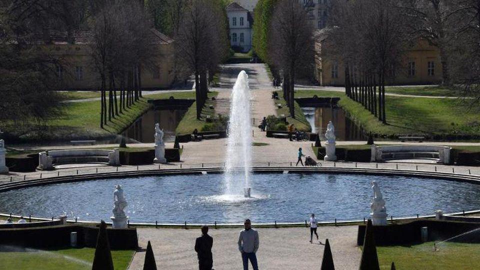 Besucher im Park von Sanssouci. Foto: Bernd Settnik/dpa-Zentralbild/ZB/Archivbild