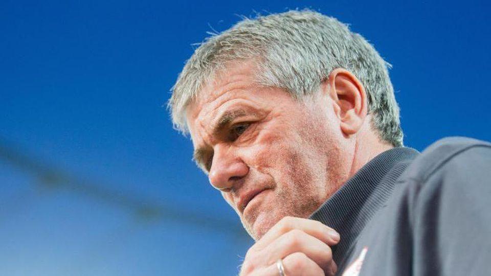Düsseldorfs Trainer Friedhelm Funkel vor dem Spiel. Foto: Rolf Vennenbernd/dpa