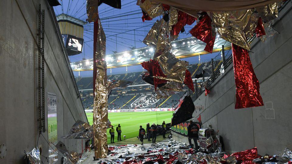 Die Überreste der geplatzten Choreo vor dem dem Europa-League-Spiel zwischen Eintracht Frankfurt und Schachtjor Donezk