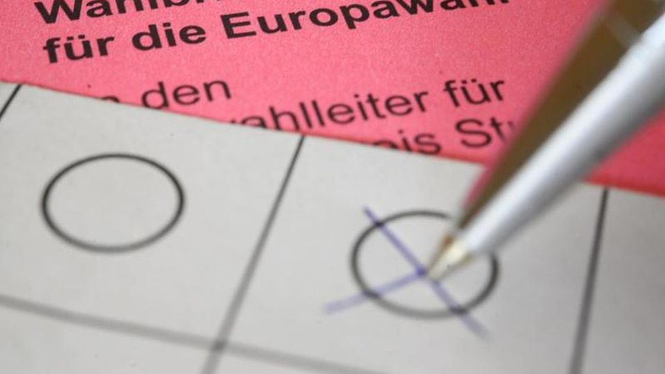 Eine Frau kreuzt einen Wahlzettel für die Briefwahl zum europäischen Parlament an. Foto: Sebastian Gollnow/Archivbild