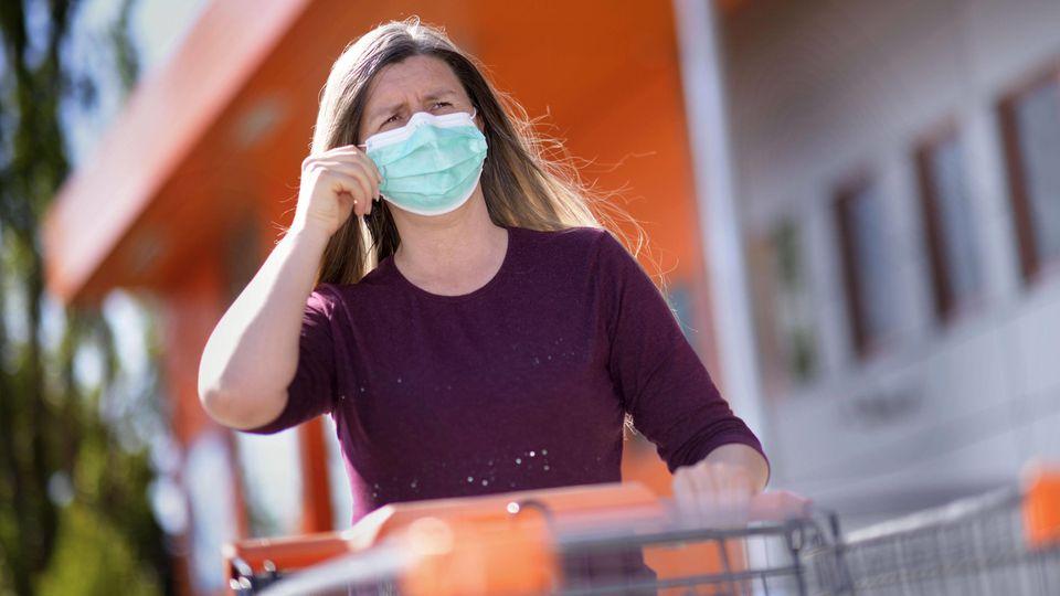 26.04.2020, Symbolbild, Corona-Krise, Frau beim Einkaufen mit Gesichtsmaske. In Deutschland gilt ab Montag 27.04.2020 e