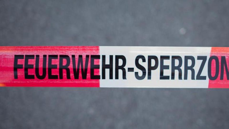 Feuerwehr-Sperrzone. Foto: Daniel Bockwoldt/Archivbild