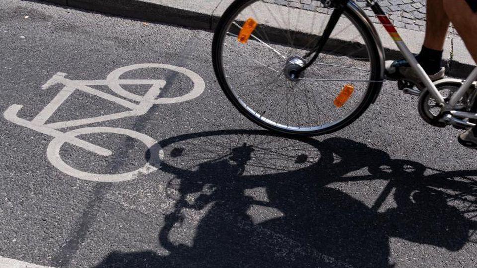 Ein Radfahrer auf einem ausgewiesenen Radweg. Foto: Peter Kneffel/dpa/Archivbild