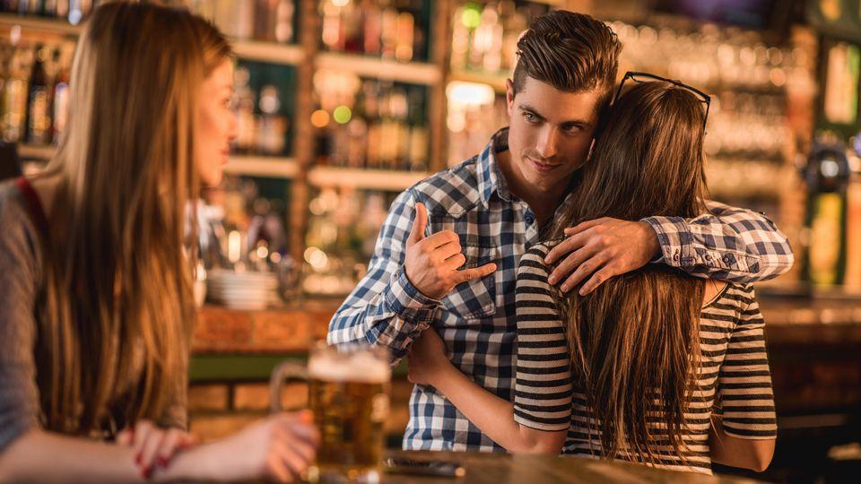 Wie verhält man sich als  Freund/Freundin am besten, wenn man mitkriegt, dass Freunde von ihrem Partner betrogen werden?