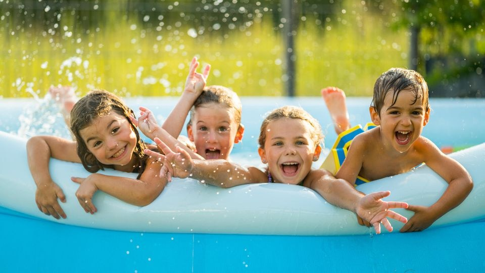 Kinder haben beim Plantschen Spaß - vor allem in der richtigen Bademode.