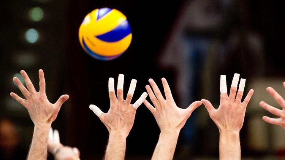 Ein Volleyball-Spiel. Foto: Sebastian Kahnert/dpa/Symbolbild