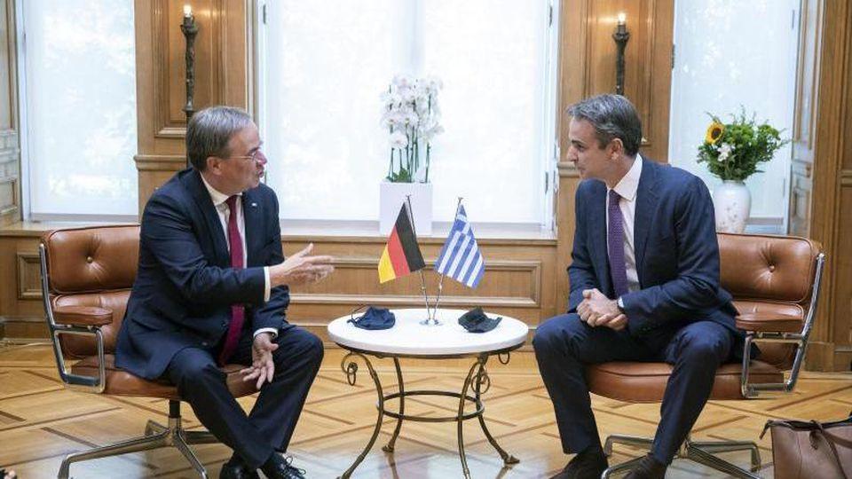 Griechenlands Ministerpräsident Kyriakos Mitsotakis (r) spricht mit Armin Laschet. Foto: Petros Giannakouris/AP/dpa/Archivbild