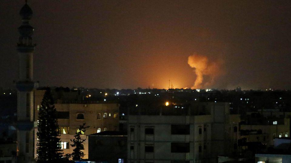 Bild einer Explosion nach einem nächtlichen Luftangriff der israelischen Armee im Gazastreifen.