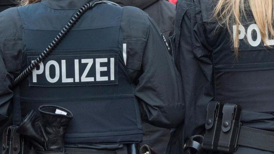 Zwei Polizisten gehen Streife am Römer. Foto: Boris Roessler/dpa/Archivbild