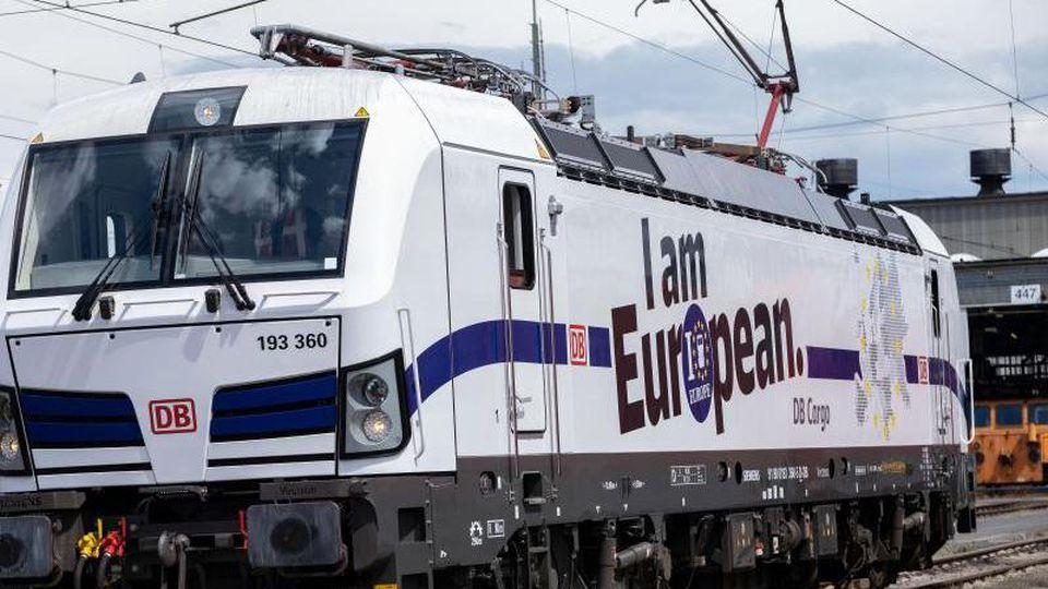 Eine DB Cargo AG Vectron Lok im Europa Look steht im Güterbahnhof. Foto: Peter Steffen/Archiv
