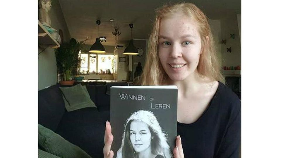 Noa Pothoven mit ihrem Buch