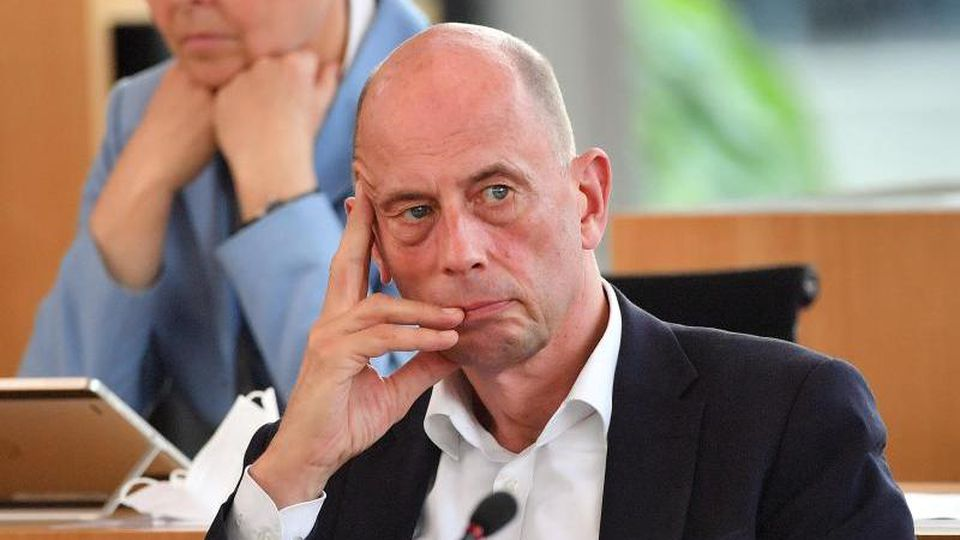 Wolfgang Tiefensee (SPD) sitzt im Landtag. Foto: Martin Schutt/dpa-Zentralbild/dpa/Archivbild
