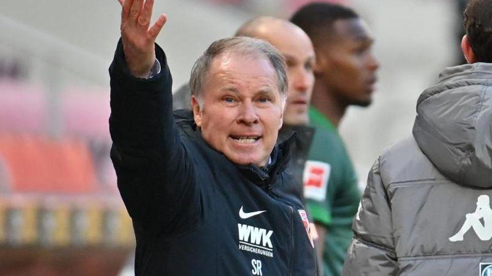 Augsburgs Sportdirektor Stefan Reuter an der Seitenlinie. Foto: Torsten Silz/dpa/Archivbild