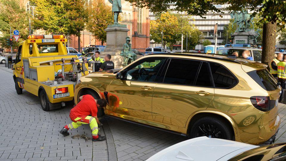 Beamten war das goldene Auto am Sonntag bei einer Kontrolle in Düsseldorf nahe der Königsallee aufgefallen.