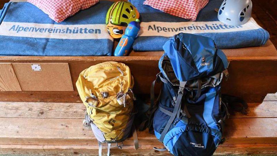 Auf dem Kreuzeckhaus im Wettersteingebirge sind Decken nun hellblau statt braun. Denn Bettwanzen lassen sich darauf besser erkennen. Foto: Angelika Warmuth