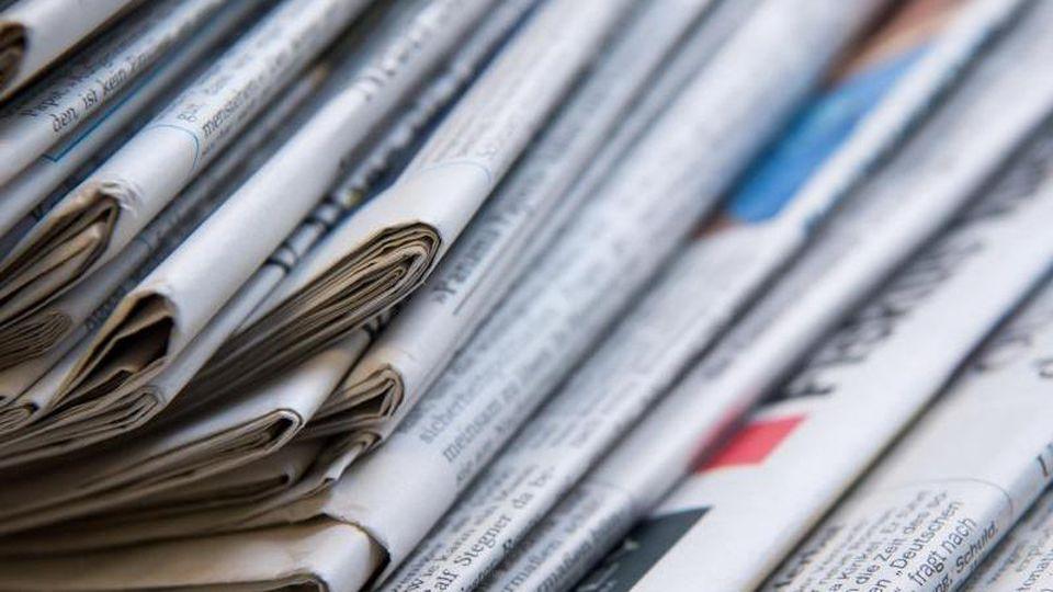 Ein Stapel mit verschiedenen Tageszeitungen liegt auf einem Tisch. Foto: Sven Hoppe/Archivbild