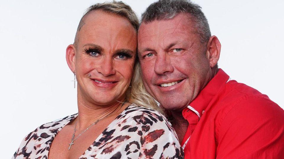 """Die """"Goodbye Deutschland""""-Reality-TV-Stars Caroline (40) und Andreas Robens (53). Die Verwendung des sendungsbezogenen Materials ist nur mit dem Hinweis und Verlinkung auf TVNOW gestattet."""