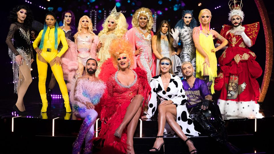 """Jury und Teilnehmerinnen von """"Queen of Drags""""."""