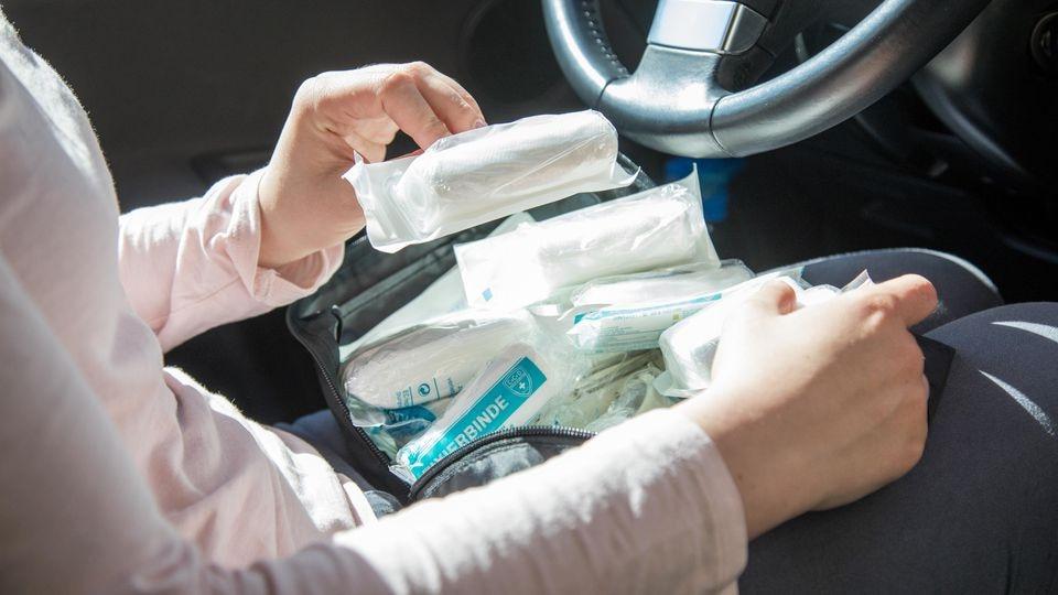 Ein Verbandskasten gehört in jede Auto.