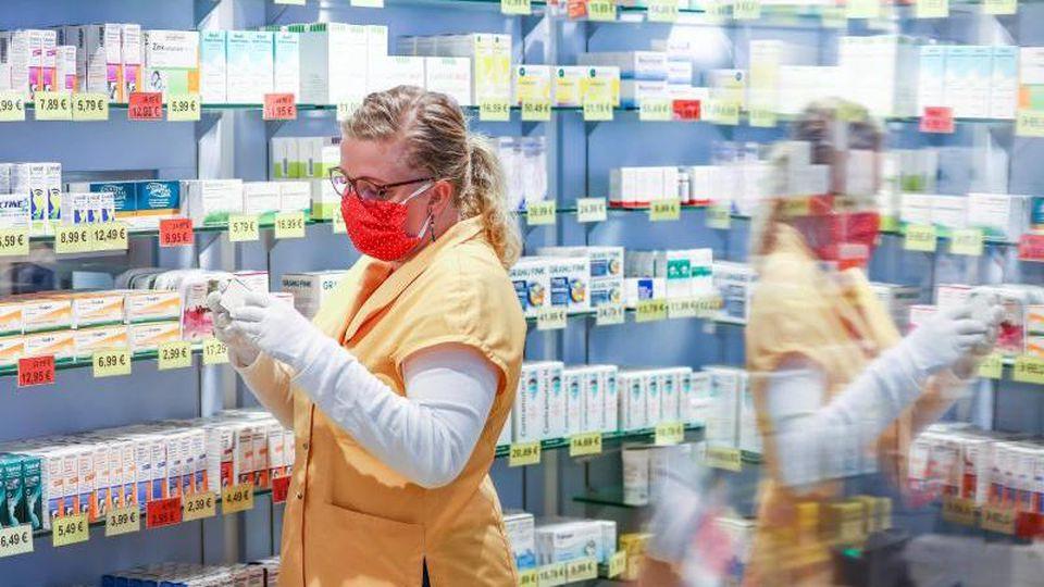 Mitarbeiter in Apotheken müssten eventuell bis zu 12-Stunden am Tag arbeiten, wenn es organisatorisch nicht mehr anders geht. Foto: Jan Woitas/dpa-Zentralbild/dpa