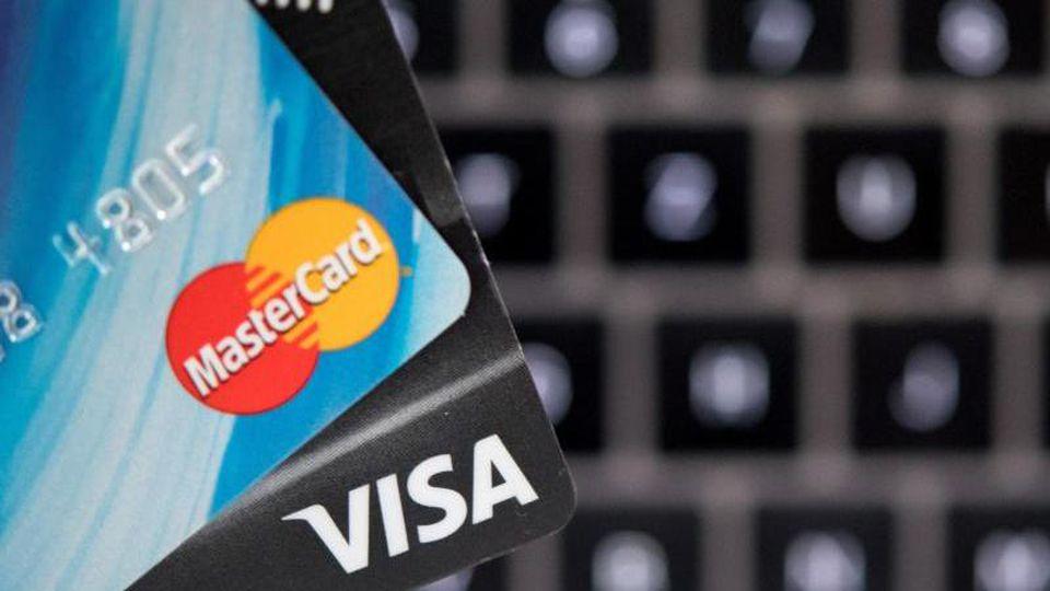 Das Bezahlen beim Einkaufen im Internet soll sicherer werden. Foto: Monika Skolimowska/zb/dpa