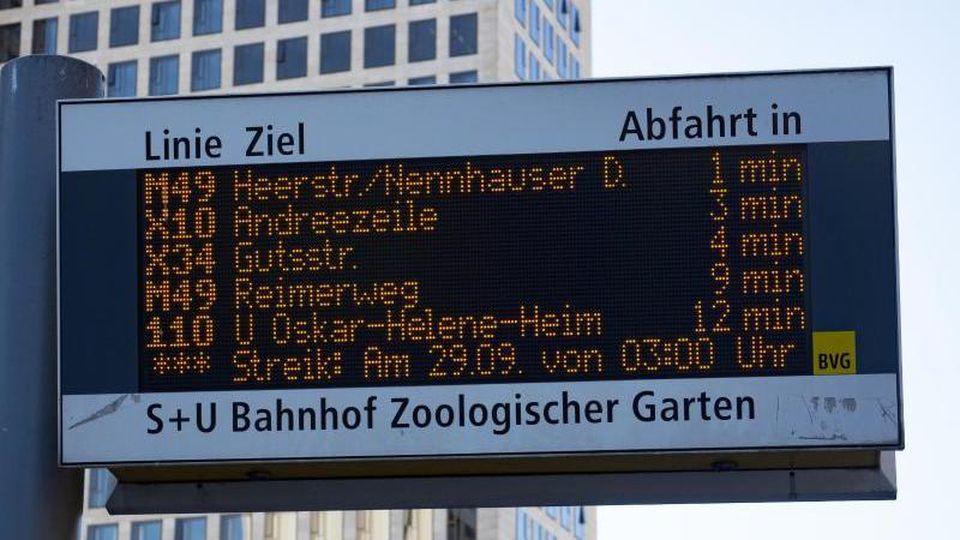 Eine BVG-Informationstafel mit Warnstreik-Hinweis an der Haltestelle am Hardenbergplatz. Foto: Paul Zinken/dpa