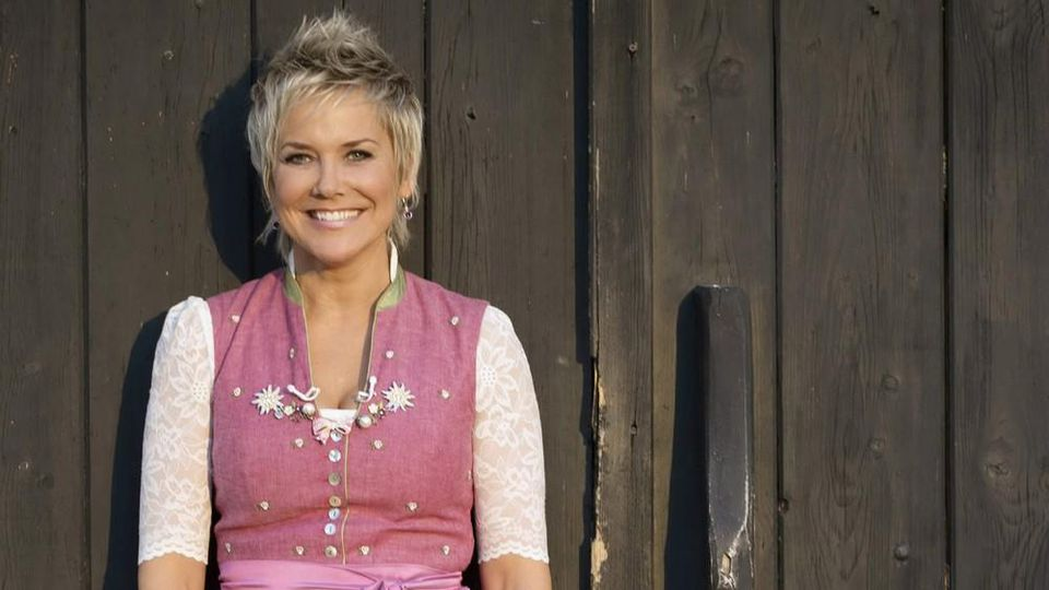 """Moderatorin Inka Bause wagt sich mit der Kuppelshow """"Bauer sucht Frau"""" in die Welt hinaus."""
