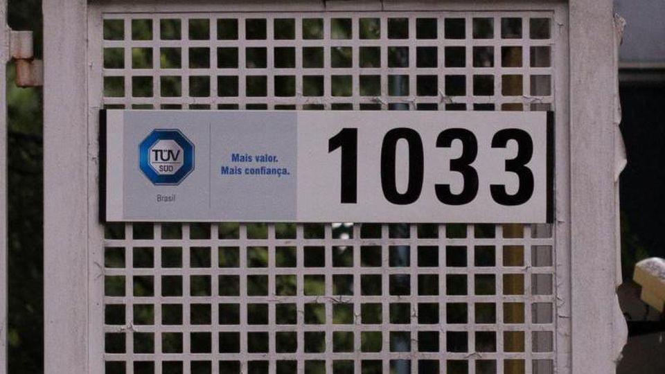 Das Logo der brasilianischen Tochter des TÜV Süd hängt am Eingang des Firmensitzes. Beim Dammbruch waren am 25. Januar 2019 270 Menschen ums Leben gekommen. Foto: Andre Lucas/dpa