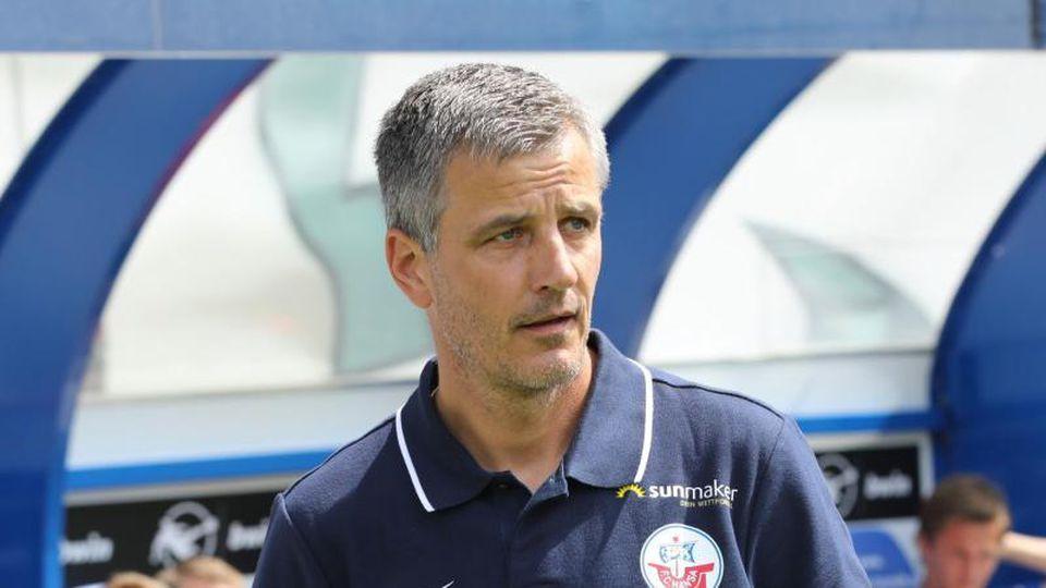 Hansa-Trainern Jens Härtel vor dem Anpfiff.Foto: Bernd Wüstneck/Archivbild