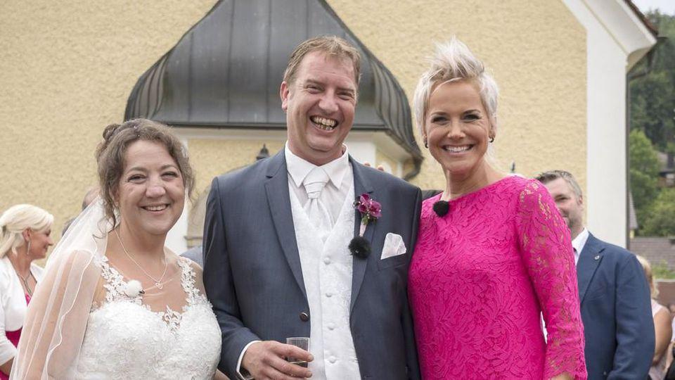 """""""Bauer sucht Frau"""": Inka Bause (r.) feiert die Hochzeit von Nadine und Benny"""