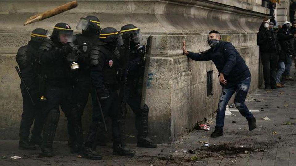 Polizisten und Demonstranten stoßen in der Pariser Innenstadt zusammen. Foto: Julien Mattia/Le Pictorium Agency via ZUMA/dpa