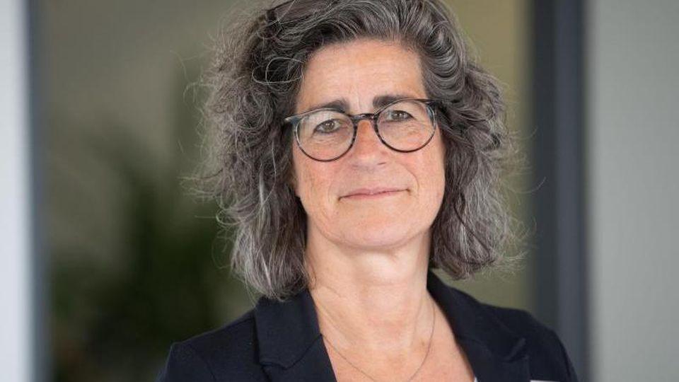 Dominique Scheuermann, Leiterin des Gesundheitsamt des Landkreises Esslingen, steht in ihrem Büro. Foto: Marijan Murat/dpa
