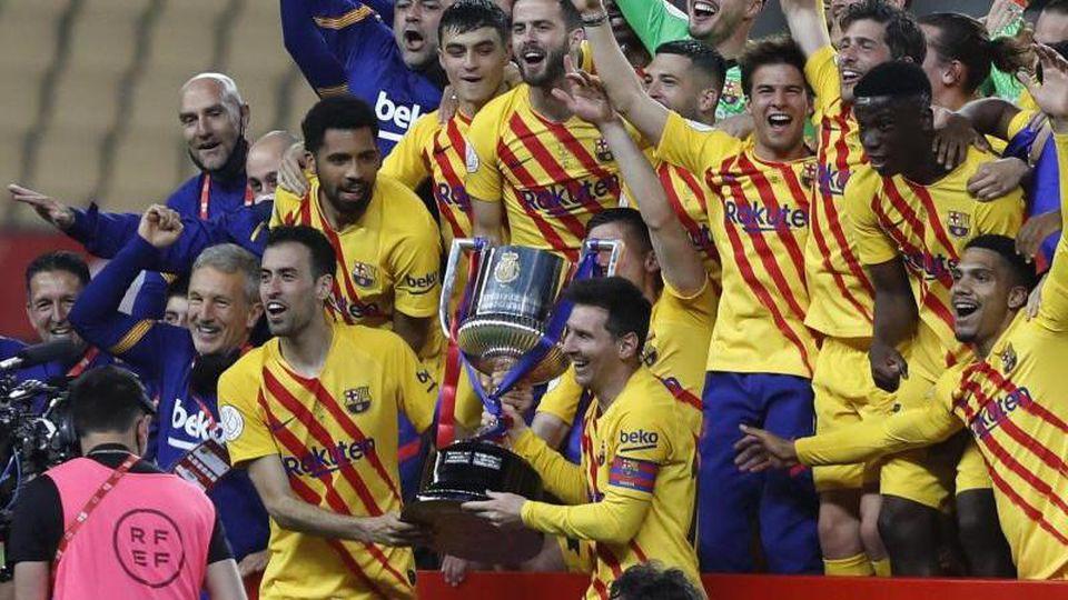 Spieler des FC Barcelona jubeln mit der Trophäe. Foto: Angel Fernandez/AP/dpa