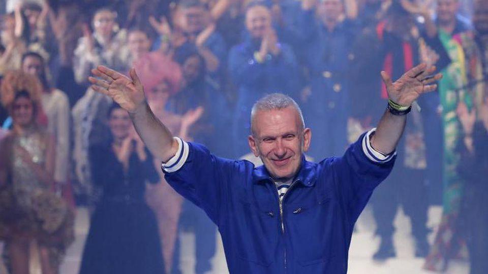 Der französische Mode-Designer Jean Paul Gaultier verabschiedet sich vom Publikum. Foto: Francois Mori/AP/dpa