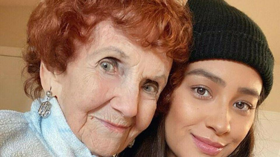 Zwei Generationen auf einem Bild: Shay Mitchell mit ihrer Oma