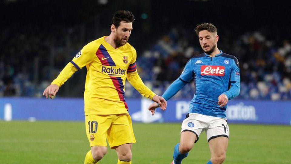 Lionel Messi (l) vom FC Barcelona kämpft mit Neapels Dries Mertens um den Ball. Foto: Andrew Medichini/AP/dpa