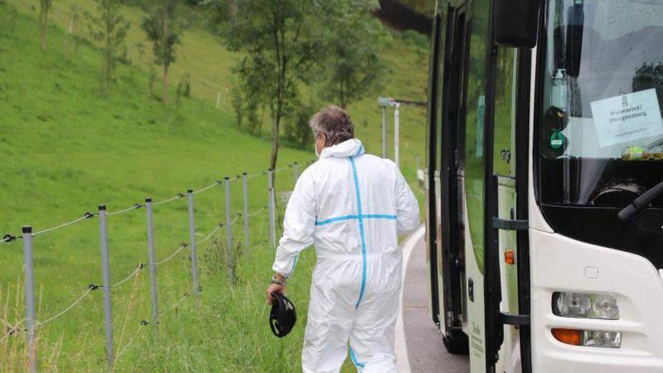 Ein Mitarbeiter der Spurensicherung verlässt einen Linienbus. Foto: Benjamin Liss/dpa