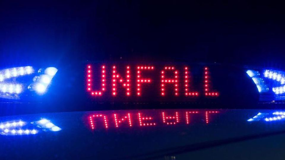 """Der Schriftzug """"Unfall"""" leuchtet an einem Streifenwagen. Foto: Monika Skolimowska/dpa-Zentralbild/ZB/Symbolbild"""