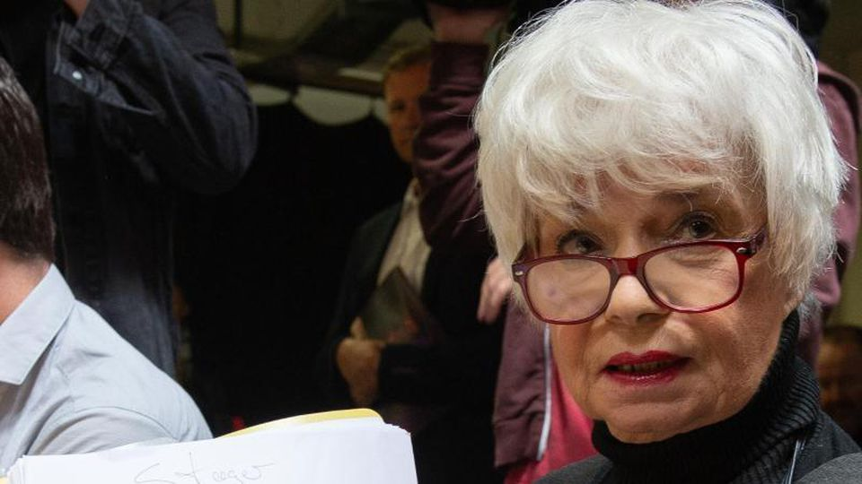 """Schauspielerin Ingrid Steeger hält beim Probenbeginn für die 69. Bad Hersfelder Theater-Festspiele das Manuskript für das Stück """"Der Prozess"""" hoch. Foto: Swen Pförtner"""