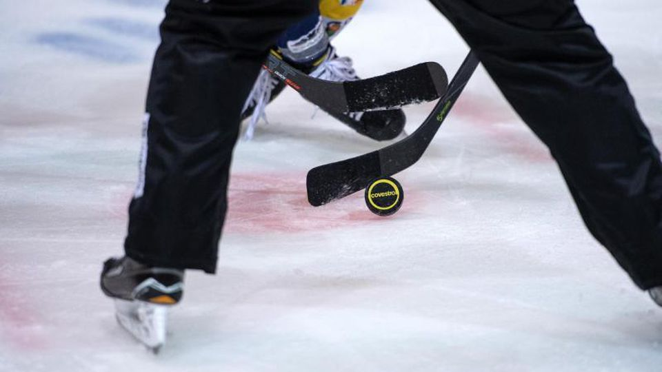 Ein Eishockey-Spiel. Foto: Bernd Thissen/dpa