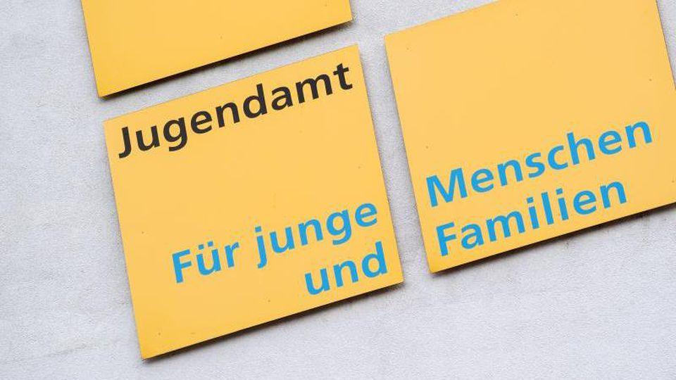Schilder weisen auf das Jugendamt Stuttgart hin. Foto: Marijan Murat/dpa