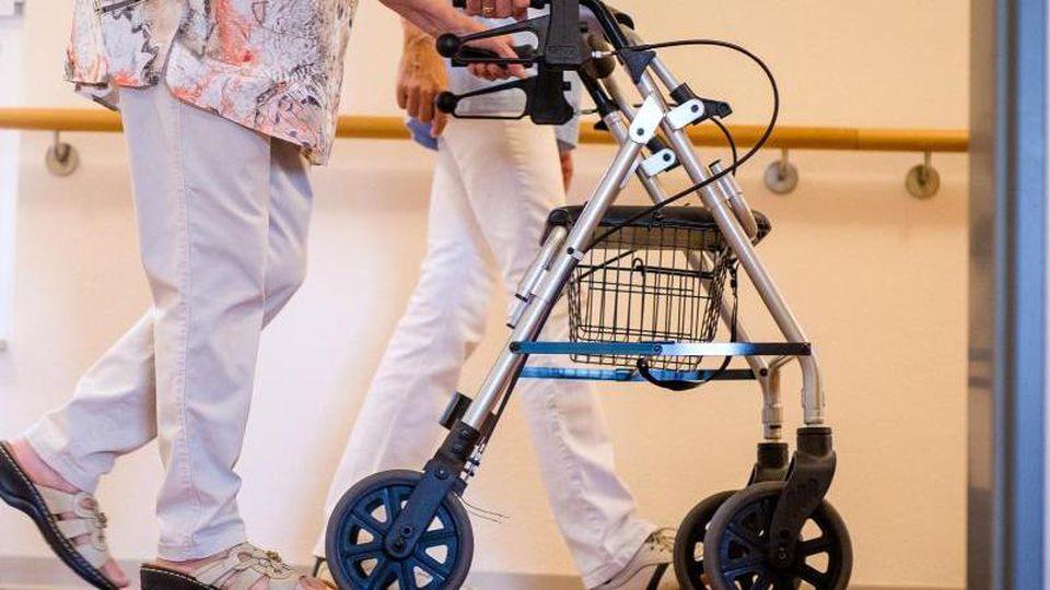 Löhne in der Pflege - Kabinett beschließt Gesetz für bessere Bezahlung
