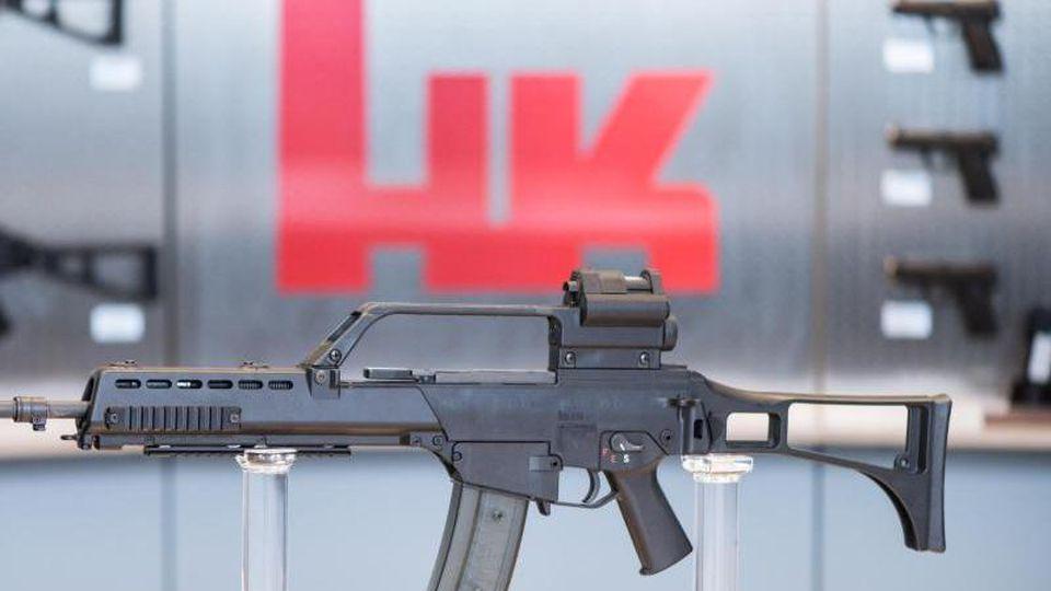 Das Sturmgewehr G36 steht beim Waffenhersteller Heckler & Koch in einem Ausstellungsraum. Foto: Patrick Seeger/dpa/Symbolbild