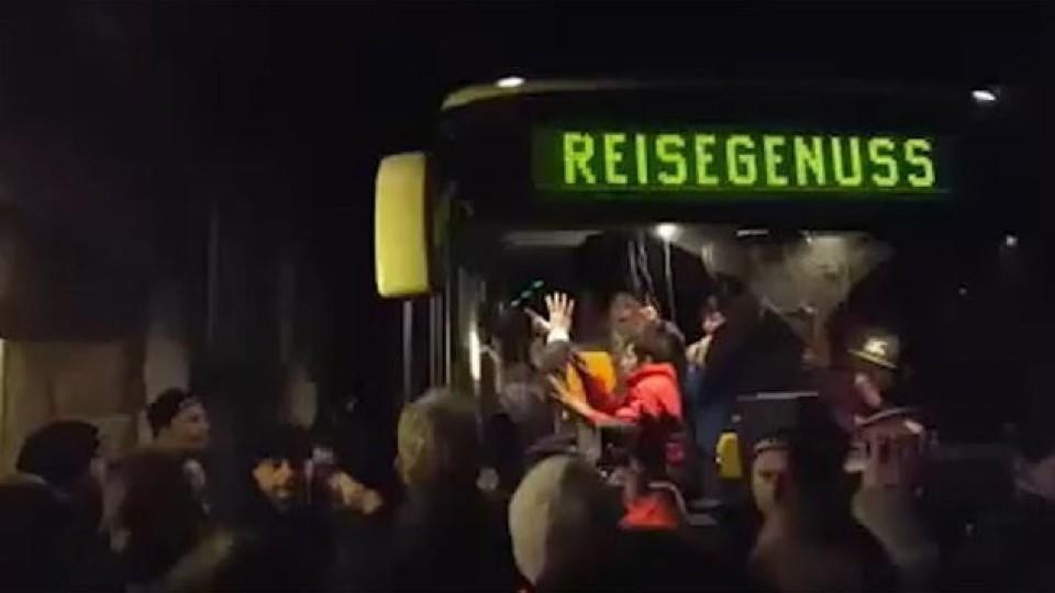 Grölende Menge blockiert einen Bus mit Flüchtlingen