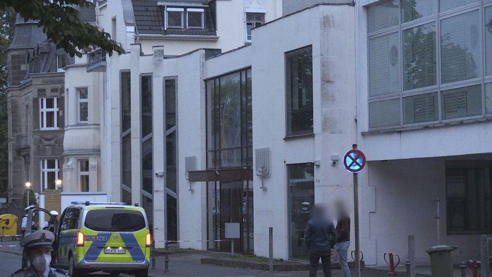 Israelische Flaggen vor Synagoge in Bonn angezündet