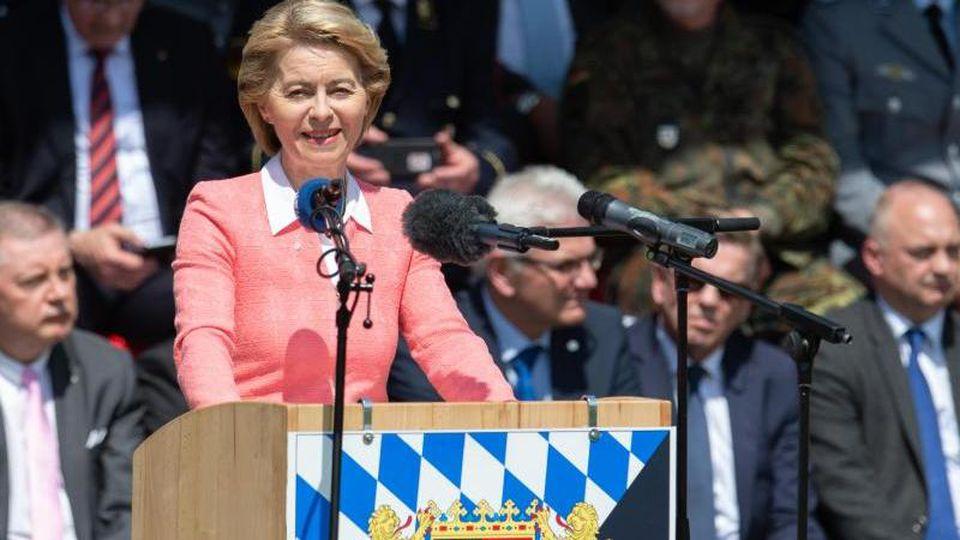 Verteidigungsministerin Ursula von der Leyen spricht anlässlich der Indienststellung des Landesregimentes Bayern für den Heimatschutz. Foto: Timm Schamberger